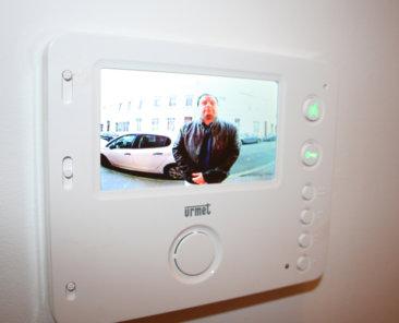 Grâce au visiophone, il est désormais possible de visualiser la personne qui sonne à votre porte et de dialoguer directement avec celle-ci