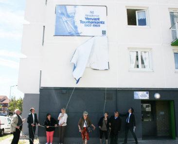 Élus de la Ville de CALAIS et membres du Conseil d'administration de l'OPH inaugurent la signalétique « Toumaniantz »