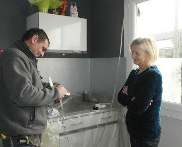 Mme Chantal VERHELLE exprime sa satisfaction auprès d'un technicien de la société BILLIET