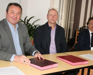 M. Hans RYCKEBOER, Directeur Général de Terre d'Opale Habitat, M. Alain ADAMIAK, Directeur de SOS Village d'Enfants, et M. Emmanuel AGIUS, Maire-Adjoint, lors de la signature de la Convention Partenariale
