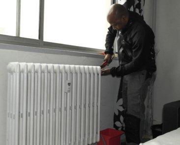 Robinets thermostatiques et compteurs individuels de chauffage sont posés sur les radiateurs.