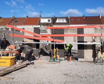 On devine déjà les premiers logements sur l'arrière du chantier